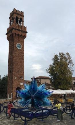 La Torre, appunto, e la stupenda scultura in vetro che adorna il campo
