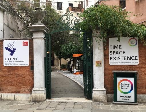 L'ingresso di Palazzo Mora, su Strada Nuova