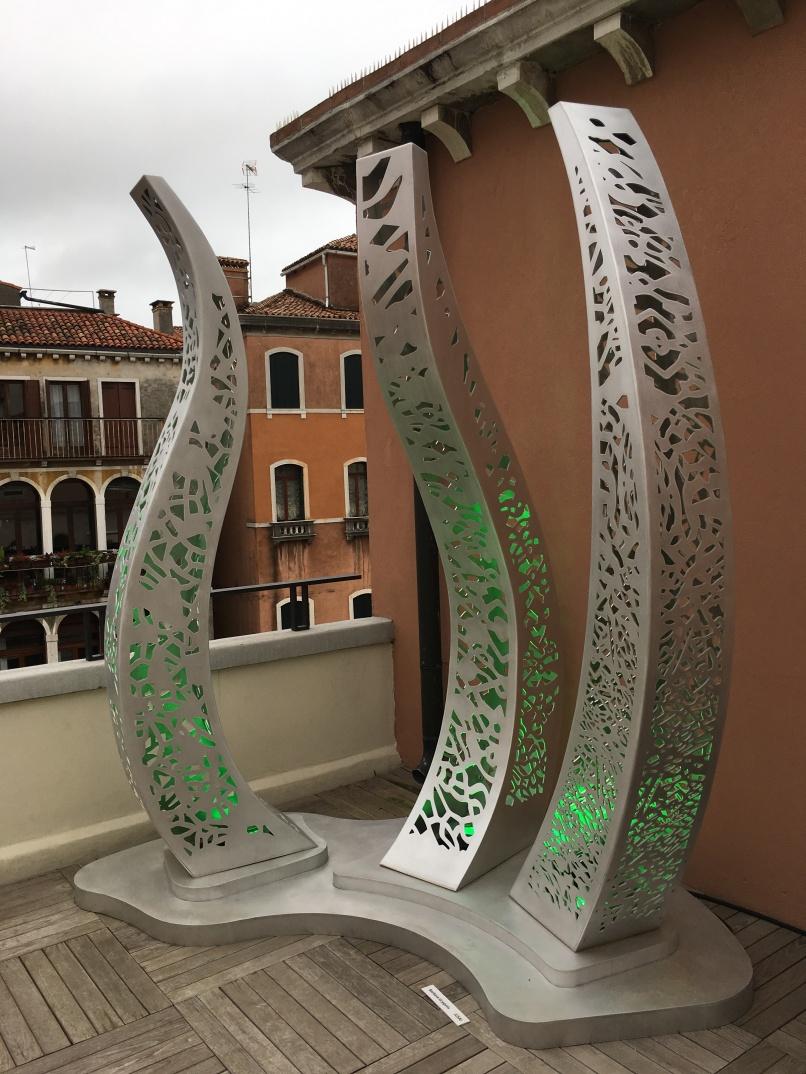 Sulla terrazza del Palazzo un'opera di Barbara Grygutis