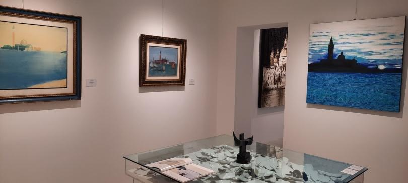 Una stanza delle meraviglie, con opere di Valleri, Carrà e Guidi